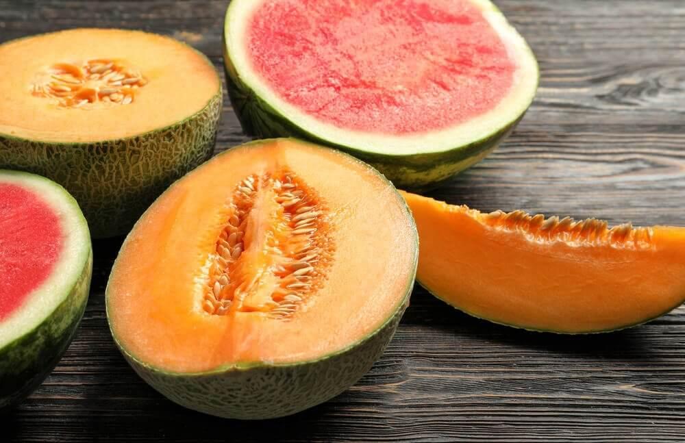 Tranches de melon &quot;width =&quot; 1000 &quot;height =&quot; 647 &quot;/&gt;</figure><p> <strong>Les melons sont antioxydants, diurétiques, remplissants, détoxifiants et laxatifs.</strong> Ceci est particulièrement recommandé pour être mangé entre les repas.</p><ul><li>Ils sont aussi un excellent remède pour prévenir les brûlures d&#39;estomac et les problèmes cardiovasculaires.</li></ul><h3>6. Canneberges</h3><p>Les canneberges sont un remède populaire pour la prévention et le traitement des infections des voies urinaires. En plus d&#39;être un très bon fruit pour prévenir la rétention d&#39;eau, il est également bon pour faire face à:</p><ul><li>Problèmes de vision</li><li>Cholestérol</li><li>Mauvaise circulation</li><li>Vieillissement prématuré</li></ul><h3>7. Papaye</h3><figure class=