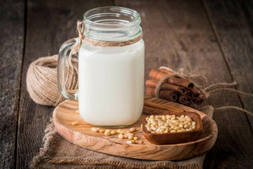 A cup of quinoa milk which has many benefits.