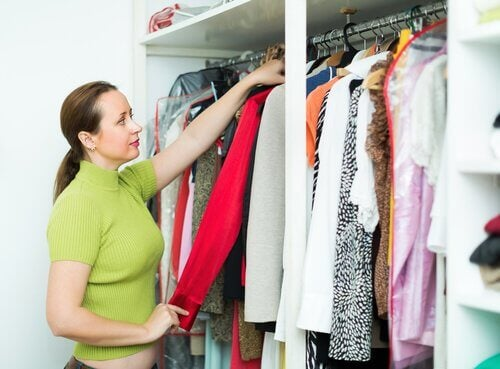 10 Tips for Arranging and Organizing Clothes in Your Wardrobe