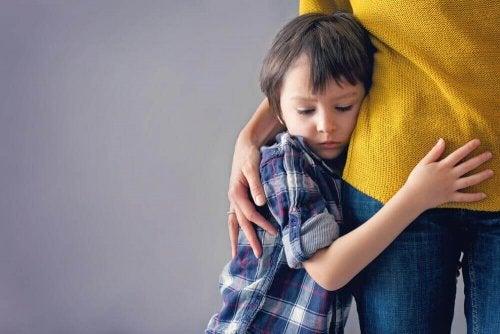 trist dreng der lider af sengevædning i barndommen