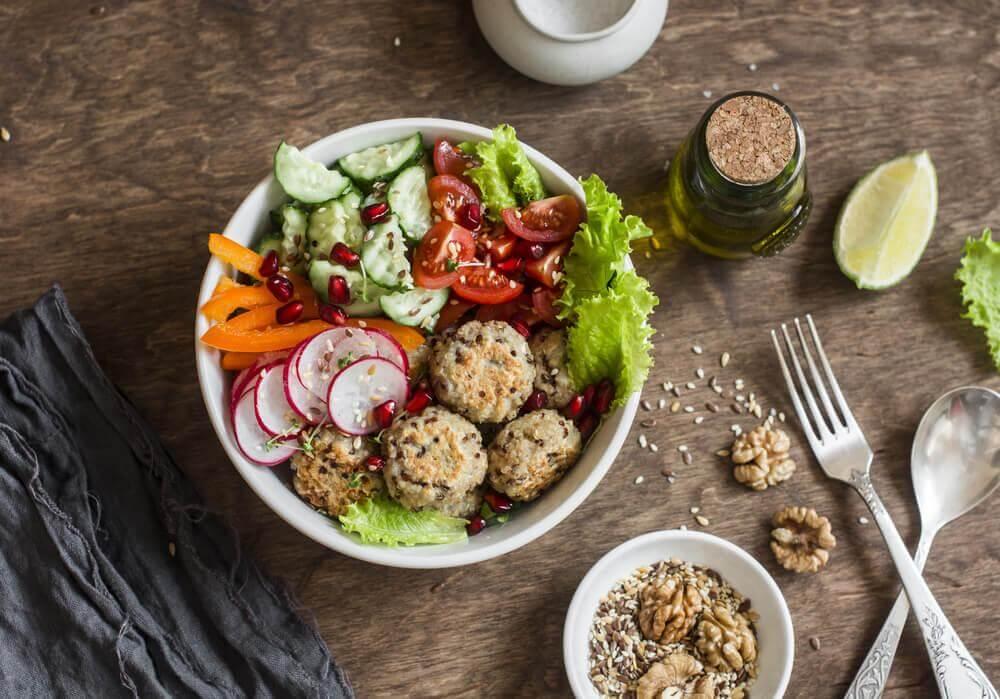 Quinoa und Kichererbsen-Fleischbällchen leicht zubereiten
