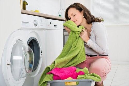Come ottenere il cattivo odore dagli asciugamani