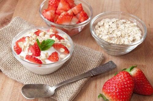 Yogurt and strawberries: breakfast to lose weight.