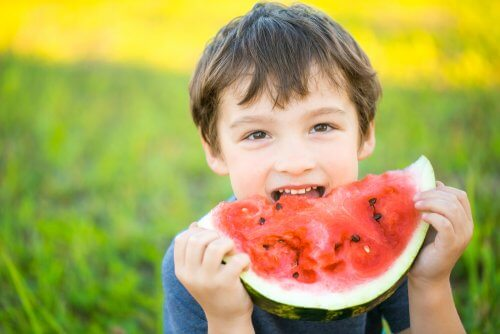 Junge isst Wassermelone &quot;width =&quot; 500 &quot;height =&quot; 334 &quot;/&gt;</figure><ol><li> <strong>Bieten Sie Ihrem Kind verschiedene Lebensmittel an.</strong> Versuchen Sie, ihm oder ihr neues zu geben Sie müssen möglicherweise alle 15 bis 20 Mal versuchen, um dies zu erreichen, daher müssen Sie Geduld und Ausdauer haben.</li><li>Lehren Sie ihn oder ihre guten Essgewohnheiten. Ein Teil der psychologischen Ausbildung Ihres Kindes für eine gute Ernährung besteht darin, ihm oder ihr zu zeigen, wie wichtig es ist, gut zu essen, um gesund zu bleiben.</li><li>Lassen Sie sich von Kindern in der Küche helfen.</li><li> <strong>Essen spaß machen</strong>. Verwenden Sie Ausstechformen, machen Sie Gesichter aus Lebensmitteln oder aus jeder anderen Idee, die Ihrem Kind das Essen attraktiv erscheinen lässt, und lassen Sie es oder sie für neue Lebensmittel begeistern.</li><li> <strong>Vermeiden Sie es, Nahrung als Belohnung oder Bestrafung</strong> für Ihr Kind mitzunehmen oder wegzunehmen <strong>.</strong></li><li>Ihr Kleiner sollte essen, was Sie zubereitet haben. Es ist jedoch gut, zu den anderen Gerichten mindestens ein Lebensmittel mitzubringen, das er mag.</li><li>Stellen Sie sicher, <strong>dass er seinen Hunger nicht mit Milch, Saft oder gesüßten Getränken befriedigt</strong> zwischen den Mahlzeiten.</li><li>Je nach Alter Ihres Kindes geeignete Portionen servieren.</li><li>Lassen Sie Kinder beim Einkaufen <a href=