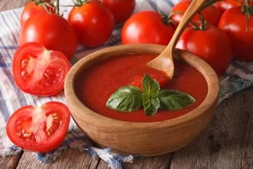 Tomatoes and fresh tomato sauce.