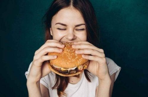 kvinde der spiser en burger