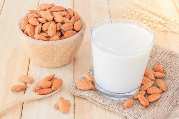 vegetabilsk mælk af mandler