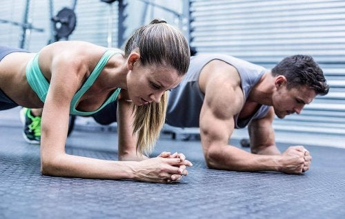 Couple exercising to gain muscle mass