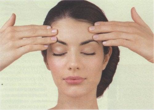 kvinde, der masserer sin pande