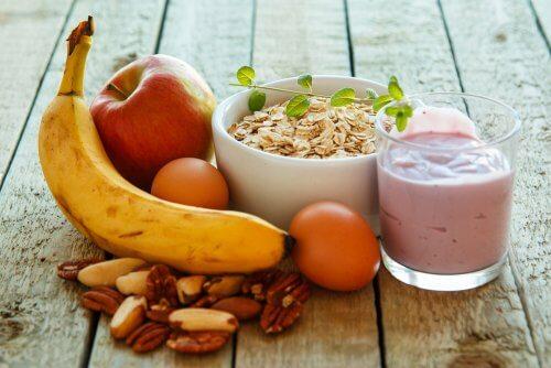 havregryn, frugt, yoghurt, æg og nødder