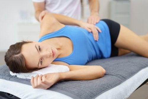 kvinde til fysioterapeut