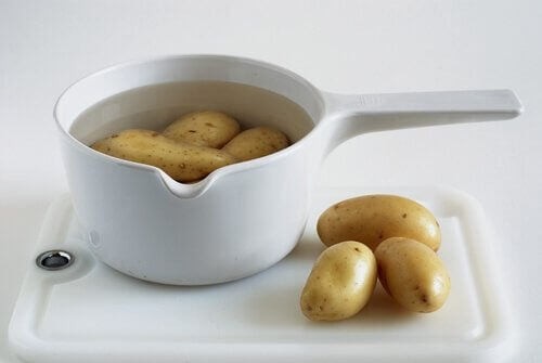 Soaking potatoes.