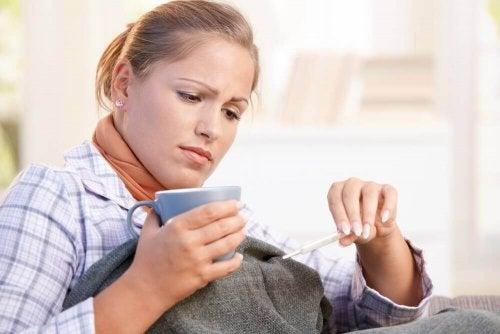 kvinde med hjemmekure til at kontrollere feber