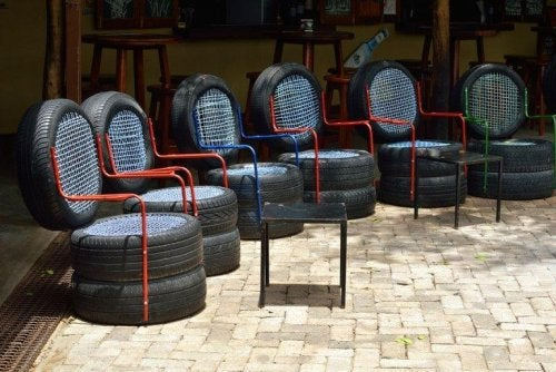 Some tire chairs.