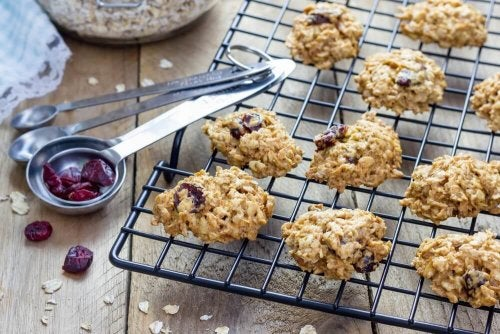 Unleavened oatmeal cookies with honey and raisins.