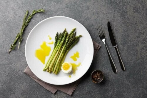 Asparagus and eggs are low-calorie foods.