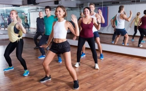 Group dancing at Zumba to lose weight.