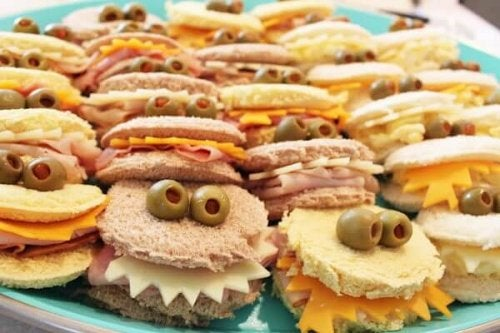 A plate of cutsy sandwiches.