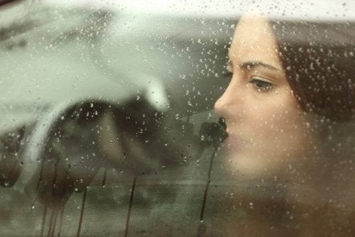 A woman looking out through the car window.
