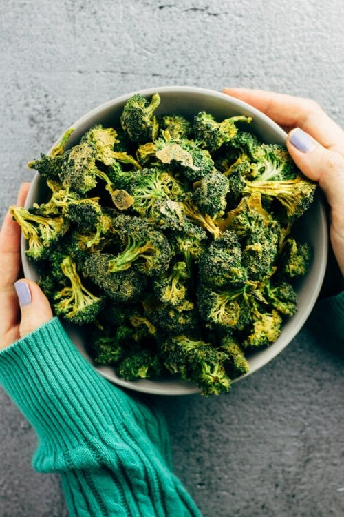Snack ideas: A bowl of broccoli chips.