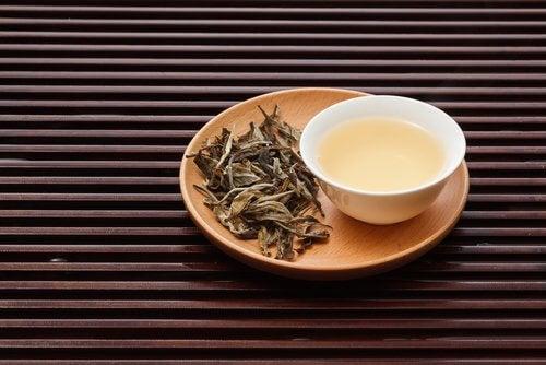 Снимка на чаша бял чай.