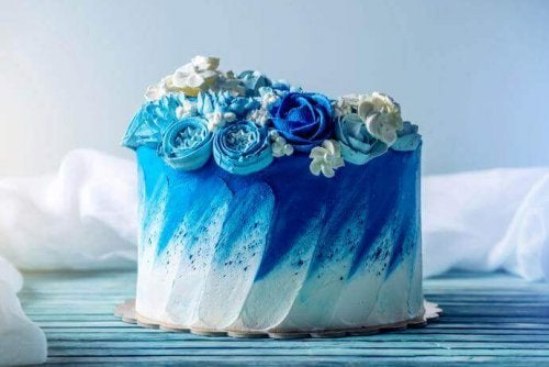 blue wedding cake planned by Maid of Honor