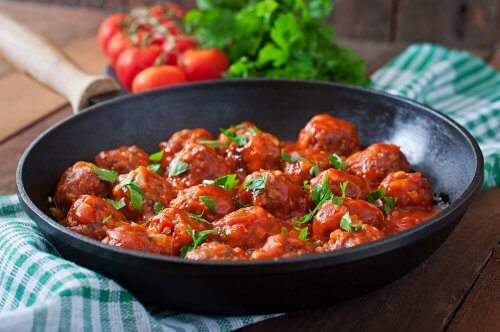 Cheese and Oatmeal Meatballs with Spicy Tomato Sauce