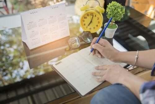 A person scheduling their agenda.