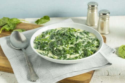 A bowl of spinach soup.