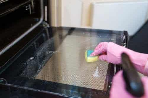Oven Cleaning Methods: Five Tips to Try