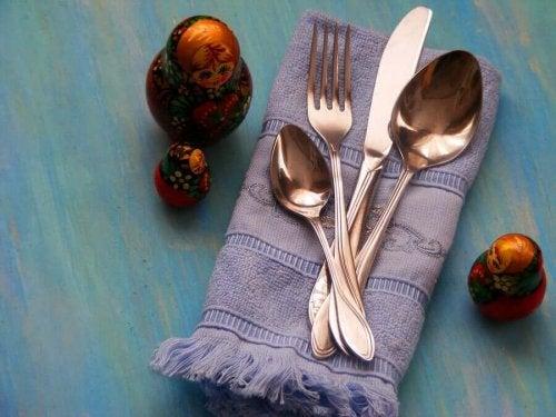 Cutlery and a dishcloth.