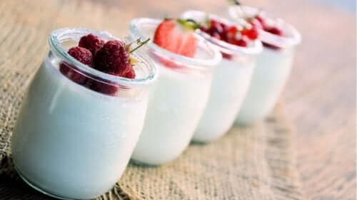 A few jars of natural yogurt with fresh berries.