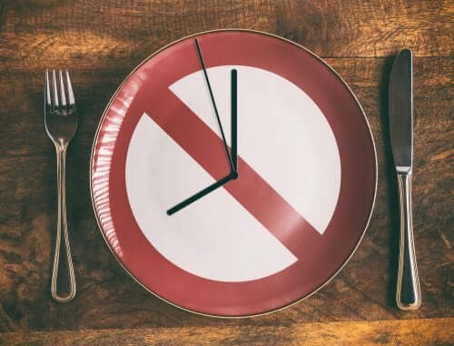 A table setting with a clock plate that means that skipping a meal is one of the eating mistakes we often make.