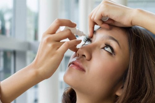A woman using brimonidine eye drops.