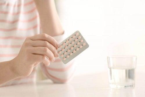 En kvinna håller i p-piller
