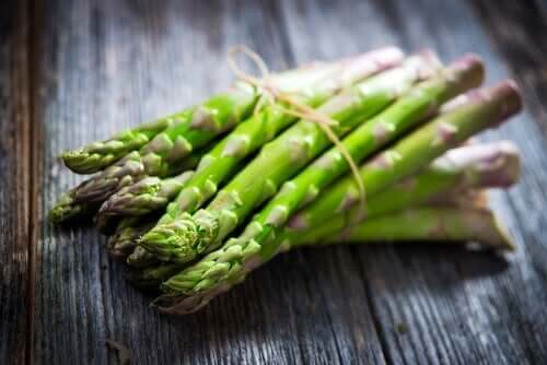 Green asparagus on a table.