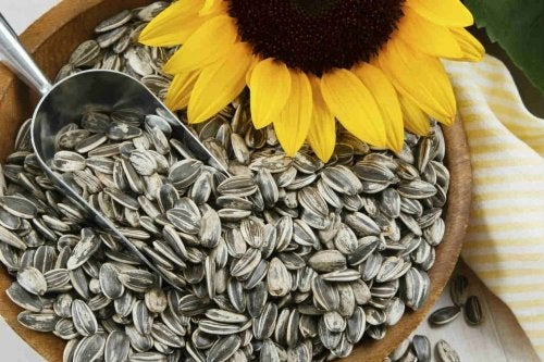 A bowl of biotin-rich sunflower seeds.