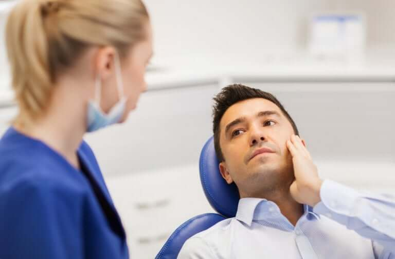 Dentist talking to her patient about wisdom teeth pain.