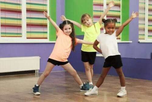 Children doing exercise to stimulate brain health.