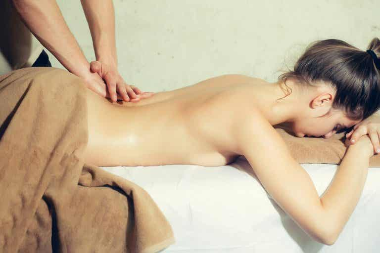 4 Ways to Give Your Partner an Erotic Massage