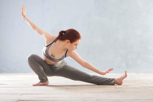 Woman doing yoga to reduce fibromyalgia symptoms.