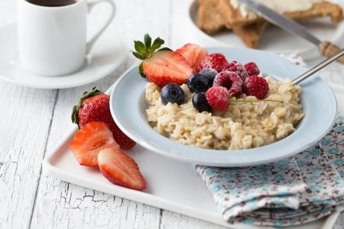 A healthy breakfast of oats with fruit on top.