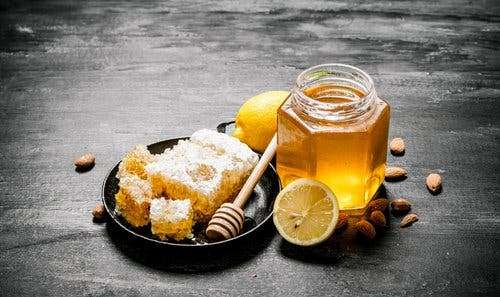 Honey and lemon, a natural remedy for the flu.