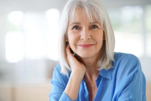 Grått hår uppkommer på grund av brist på pigment i hårsäckens celler.