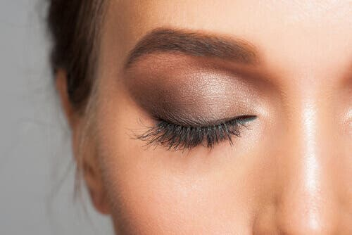 Woman with eye makeup to correct dark spots