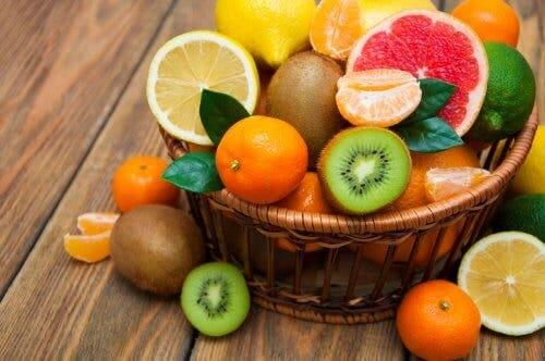 Fruits in a basket, an important part of a satiating diet.