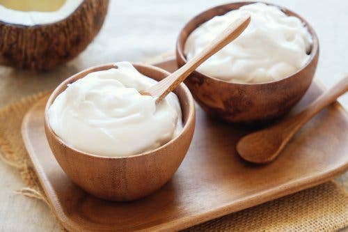 Yogurt in wooden bowls to brighten your skin.
