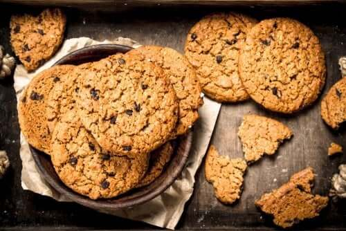 A plate of oatmeal cookies.