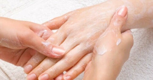 A person exfoliating a hand.