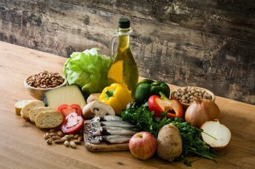 Foods from the Mediterranean diet that influence intestinal health, including fish, fruits, vegetables, and nuts.